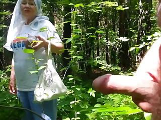 Собирающая грибы старуха наткнулась в лесу на молодого дрочера  на ПОРНО РУСЬ ТВ
