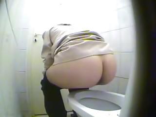 Скрытая камера снимает в женском туалете голые упругие попки женщин  на ПОРНО РУСЬ ТВ